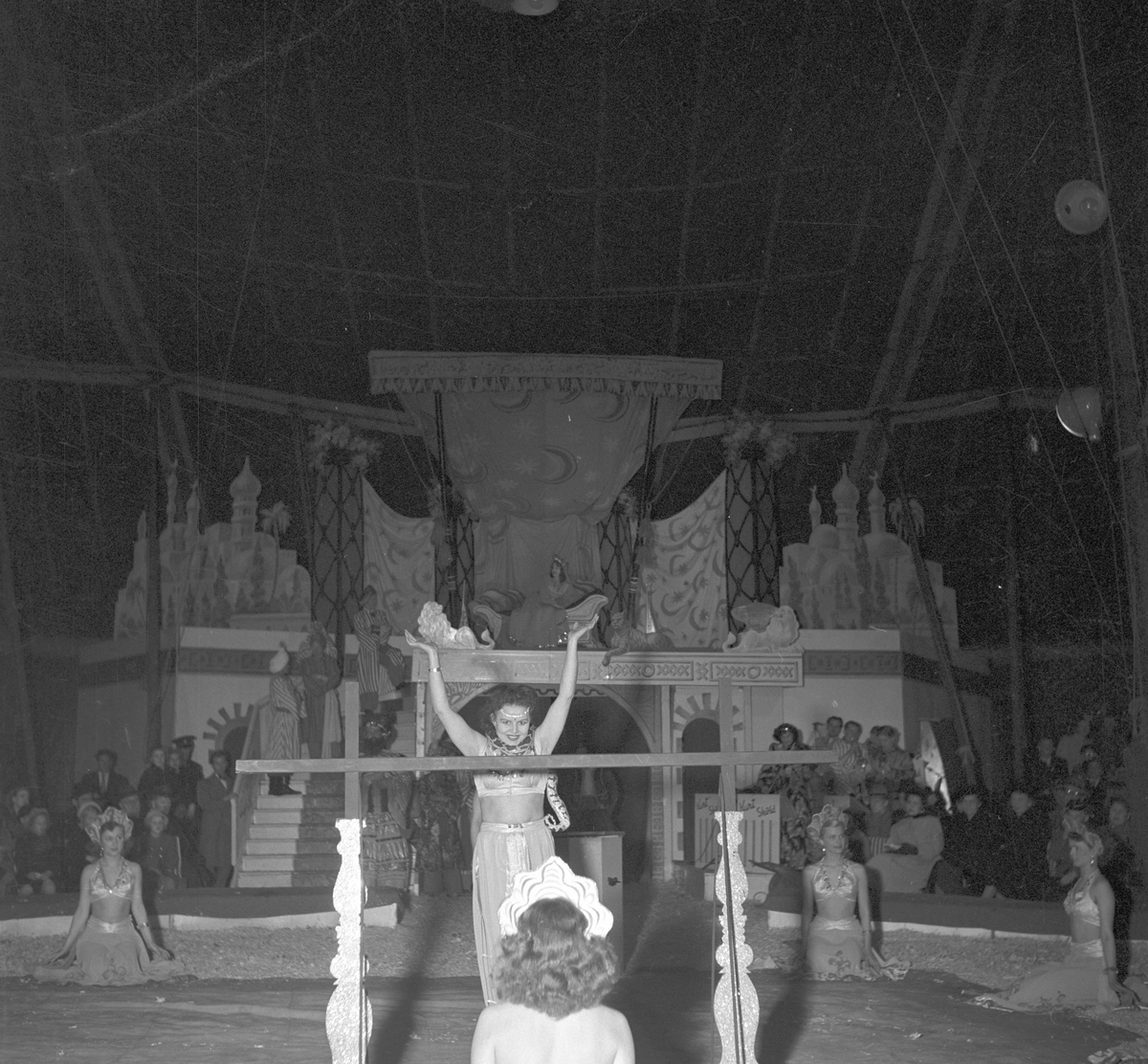 Furuviksparken invigdes pingstdagen 1936.  Akrobatik