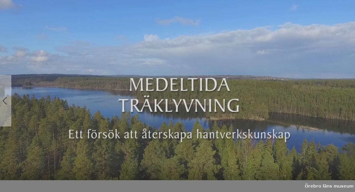 """""""filmen Medeltida träklyvning skildrar ett experiment som fötts ur projekt Medeltida taklag som finansieras av Svenska Kyrkan – Strängnäs stift.""""  Inspelningen gjordes mellan den 29 mars-1 april 2016 i Ryfors, Mullsjö"""