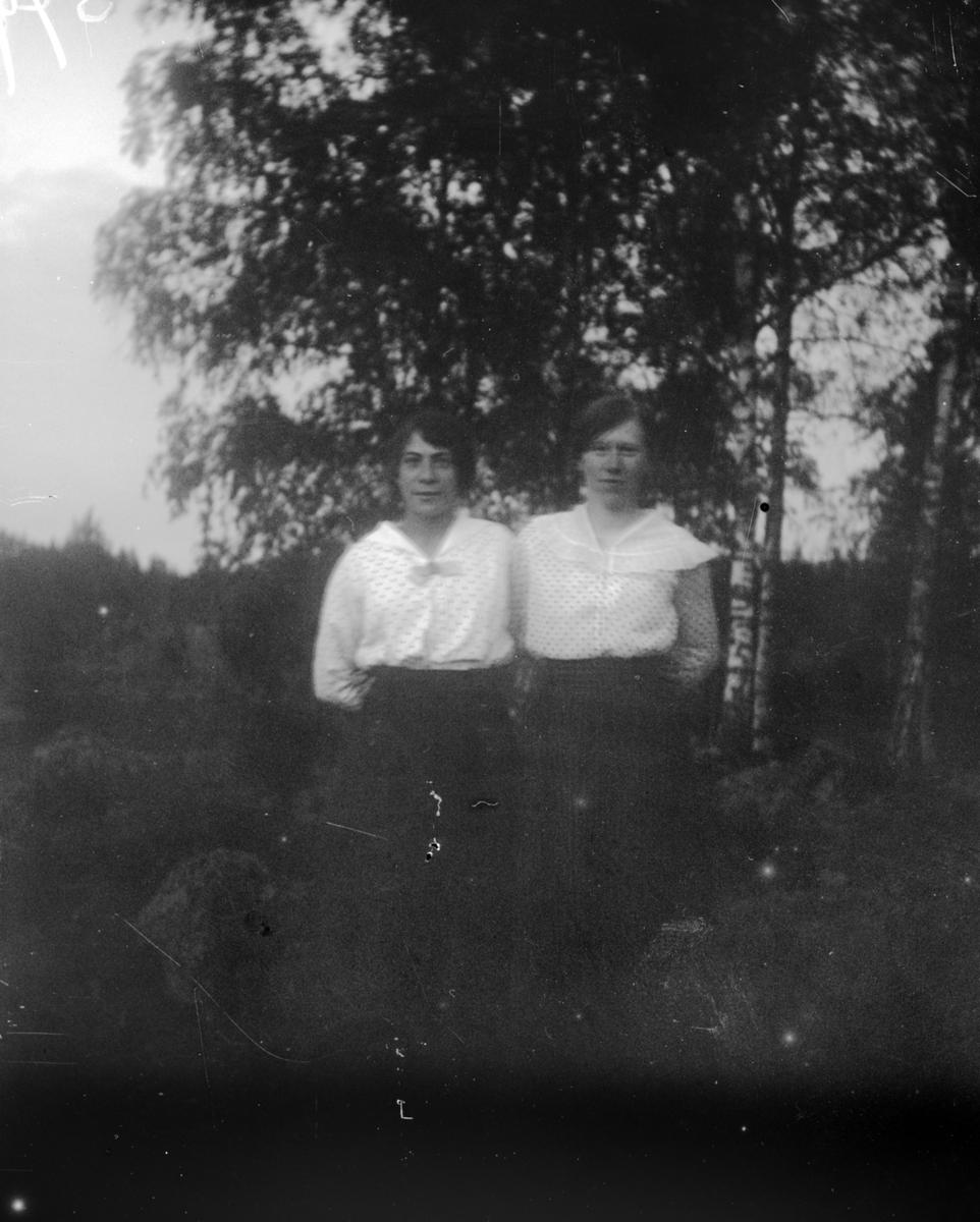 Två unga kvinnor, Uppland 1917