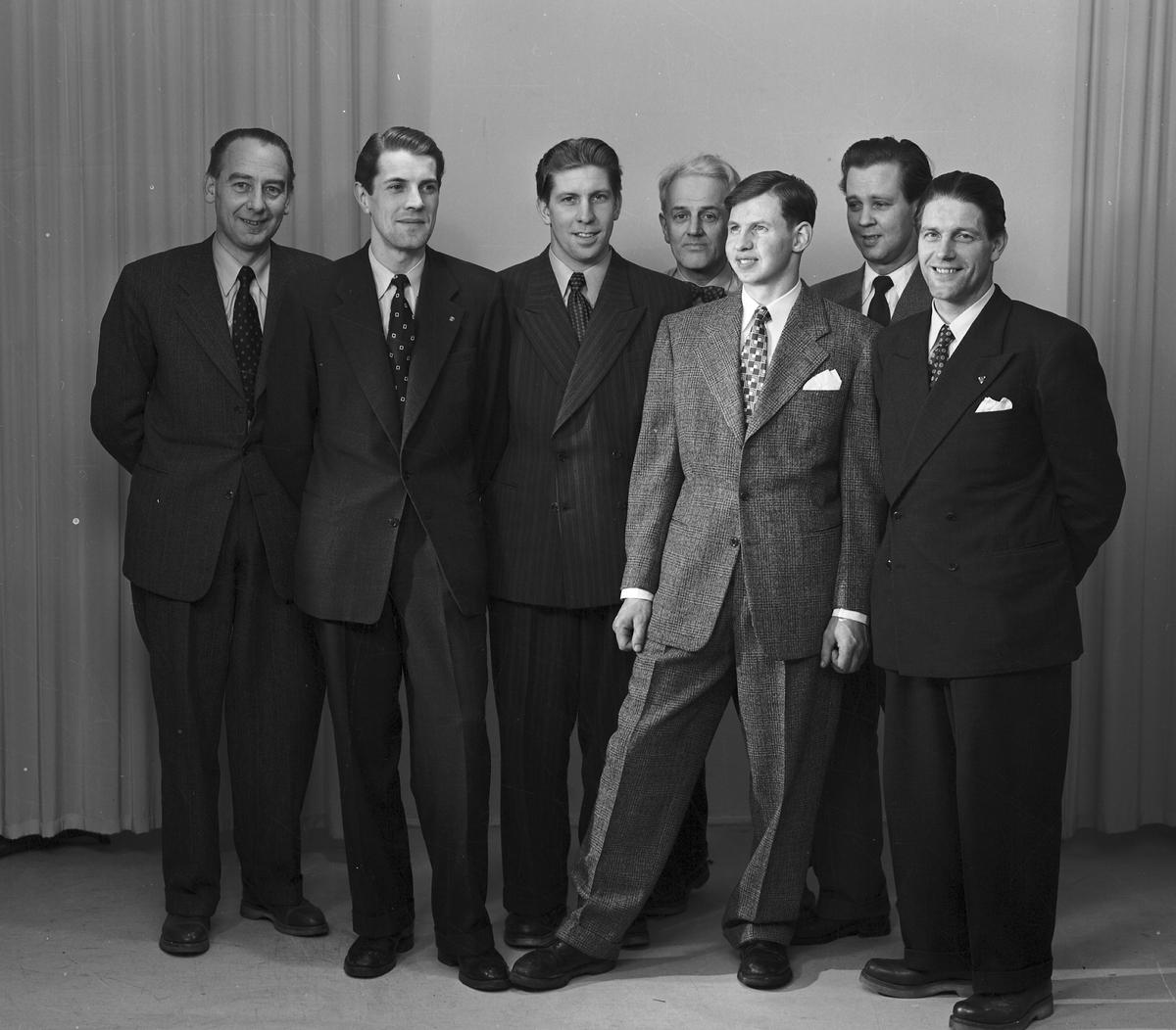 """AXEL LIDHOLMS EKIPERING. Den 15 februari 1952. Sångaren och bandyspelaren Gösta """"Snoddas"""" Nordgren från Bollnäs"""