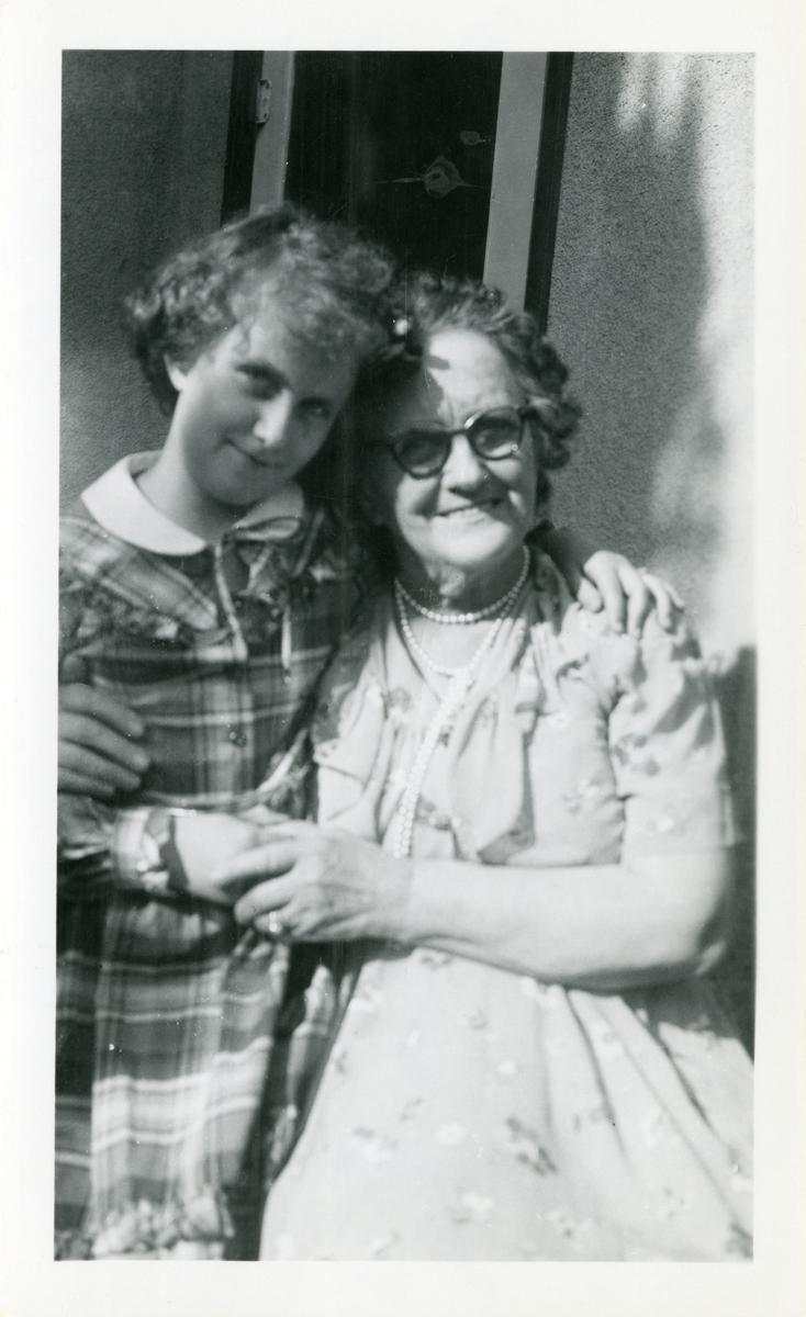 Til venstre Kari Jo Herbransen og Emily Wold til høyre.