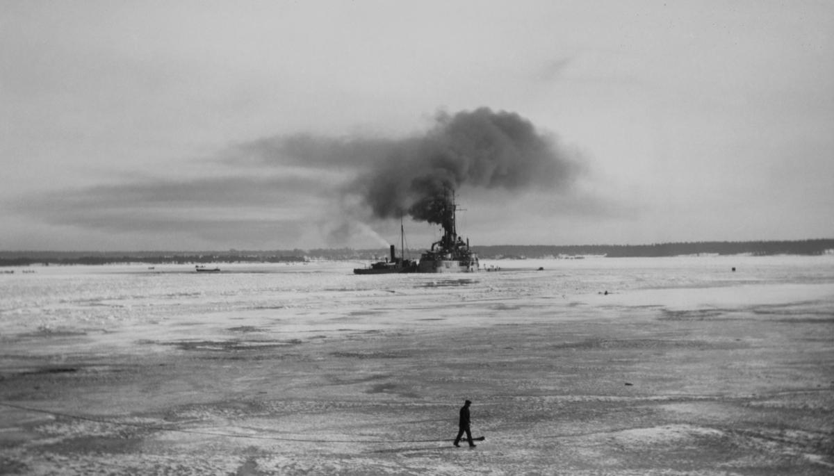Tyskt slagskepp av NASSAU-klass jämte bogserbåt vid Åland 1918