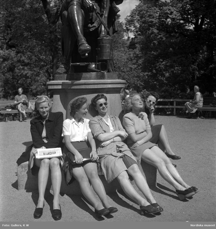 Solande kvinnor på Floras kulle, Humlegården, Stockholm.