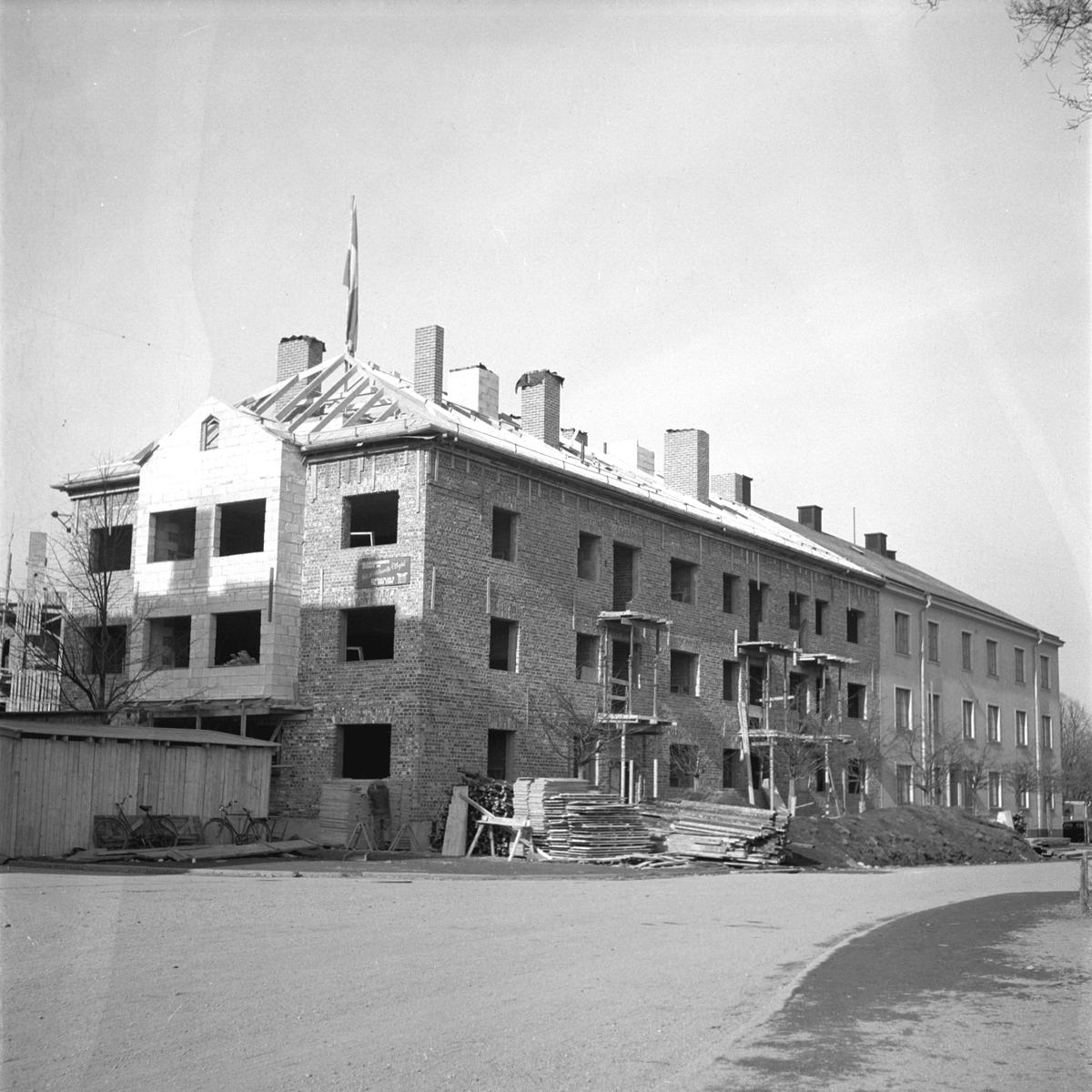 Taklagsflagga på nybygge för bättre arbetarbostäder. 1 april 1949.