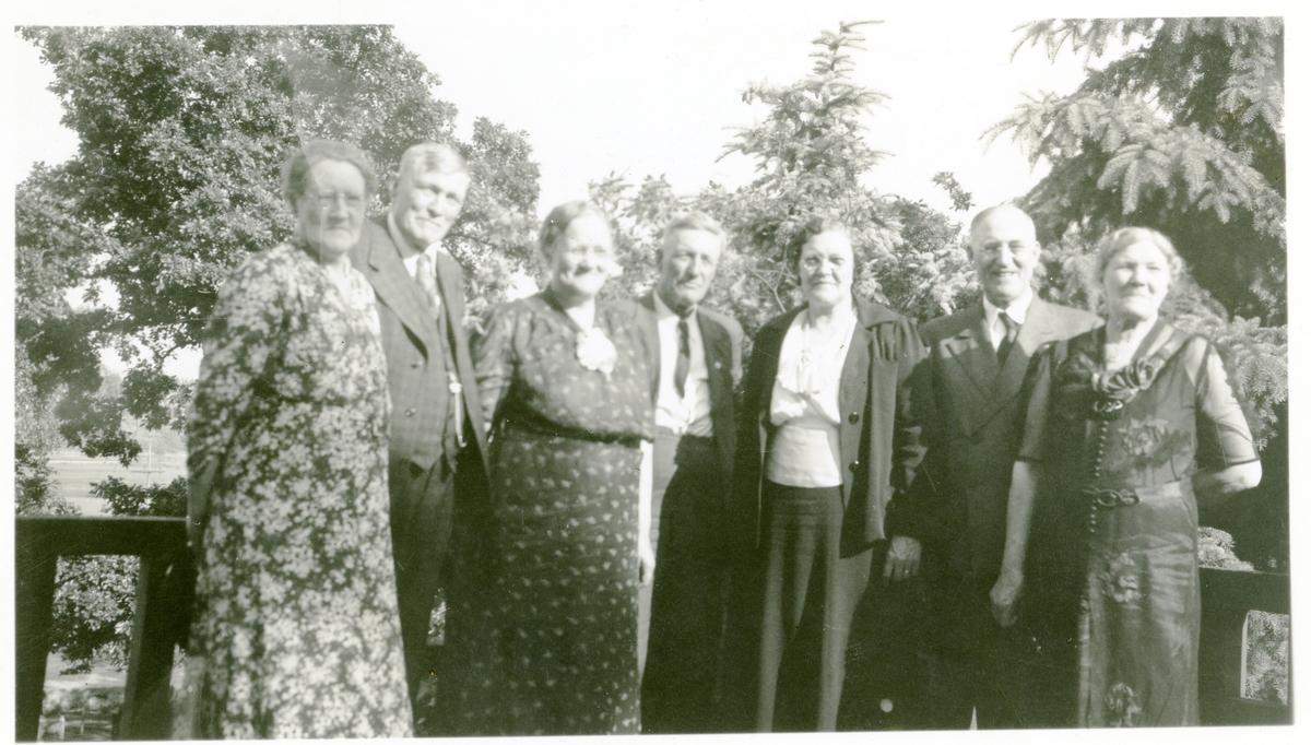 Familiefest 4. juli 1938, i Minneapolis. Fra venstre: Maren Wold Anderson, Thomas Wold, Tolena Pederson, John Wold, Christine Wold Brager, Anton Wold og Inger Wold Rice.