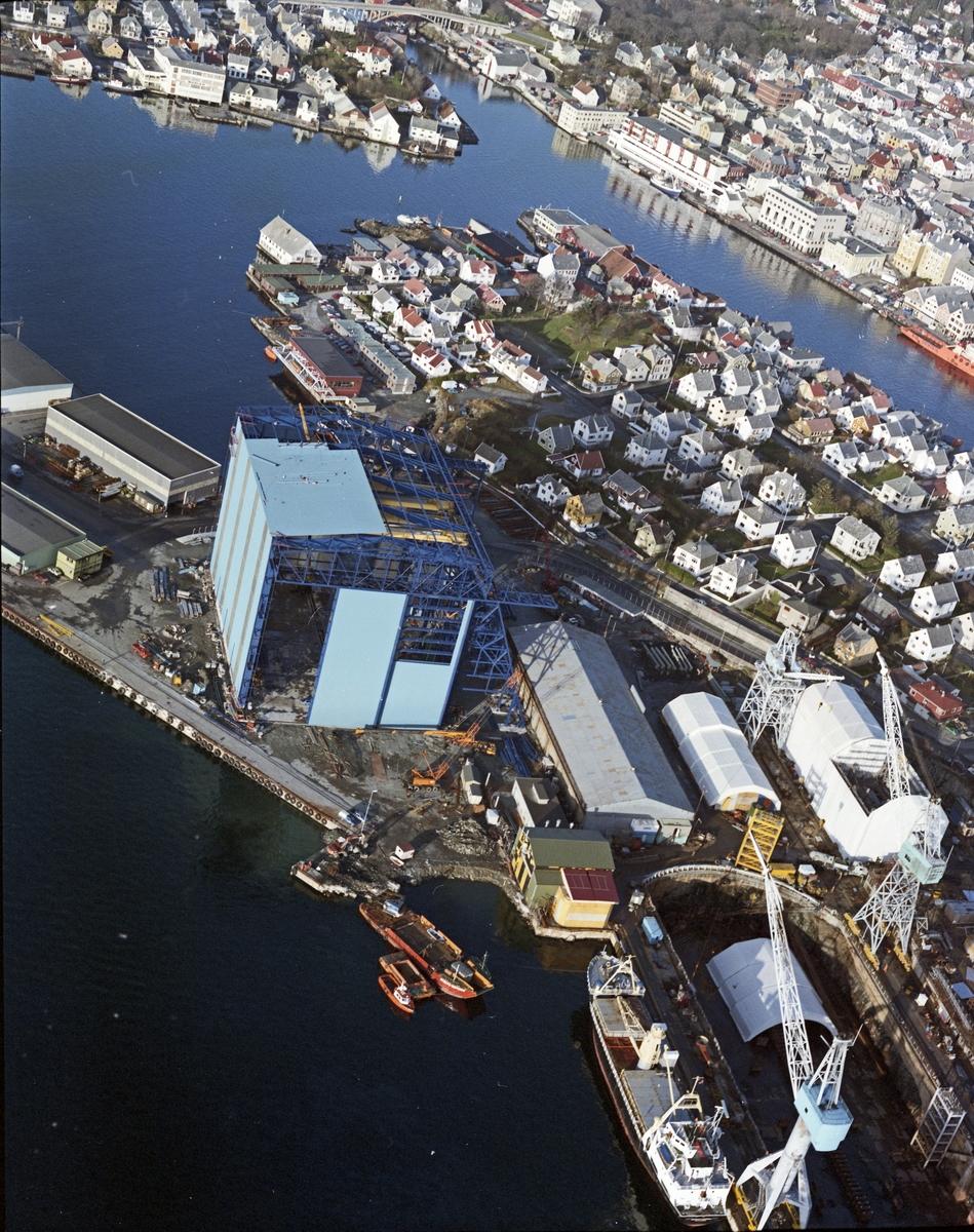 """Flyfoto. H.M.V. Oversikt over veftområdet med byggingen av """"Nordsjøhallen"""". Hallen ser ferdig ut fra utsiden."""
