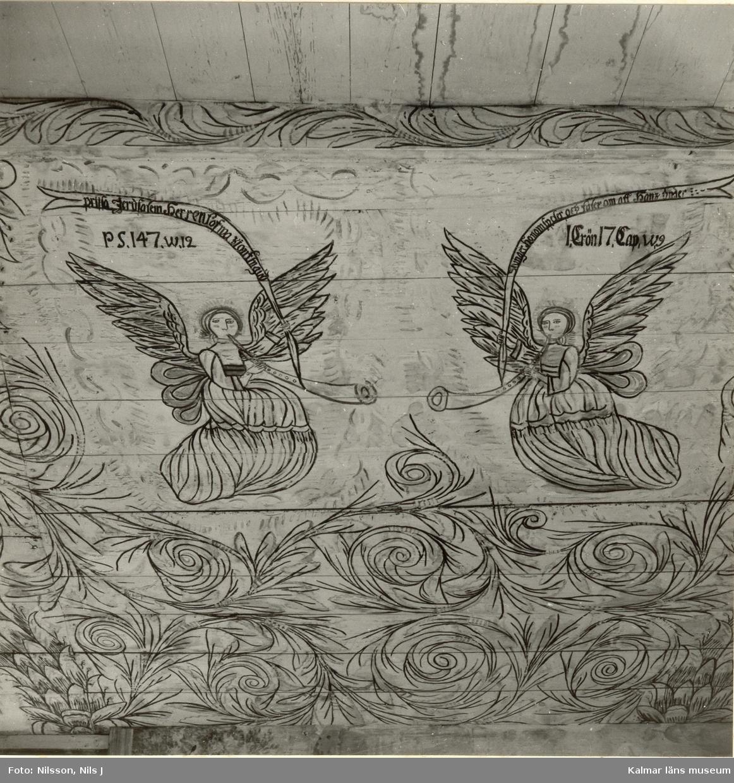 """Takmålning i Väderskärs kapell. Byggt 1590 och flyttat till platsen 1615.  """"Kapellet är ett lågt timmerhus med ett stort vapenhus med dörr i väster. Det är knuttumrat med inklädda knutar, klätt med stående panel troligen på 1700-talet. I inredningen, som är helt av trä, finns enkla rakryggade bänkar där det på flera platser finns inskurna bomärken. Altaret är ett enkelt, framtill klätt bord som även tjänar som predikstol. Väggar och tak är till största delen målade och målningarna är av två slag. En enklare typ av målning i allmogestil finns huvudsakligen i tak och gavlar. De framställer bla en Golgatascen, änglar, skepp mm och är daterade 1740. Övriga delar av kapellets innerväggar panelades förmodligen 1738 med redan förut målade brädor. Bland dessa kan bla urskiljas Kristi dop, Kristi uppståndelse mm. Numera utnyttjas kapellet till sommargudstjänster och bröllop bla. Genom länsstyrelsens beslut 1980 blev det ett byggnadsminne.""""  (hämtat från Nationalencyklopedin.)"""