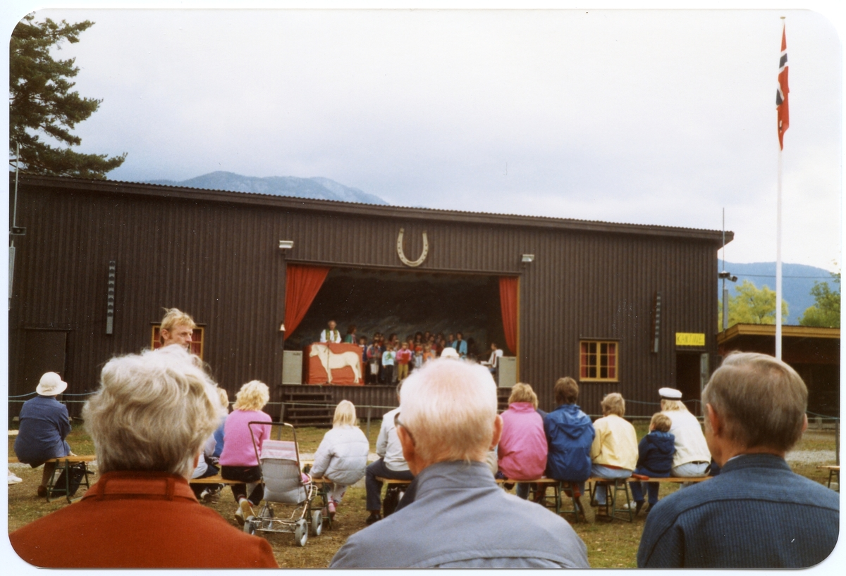 Scenebygningen med bornekor.