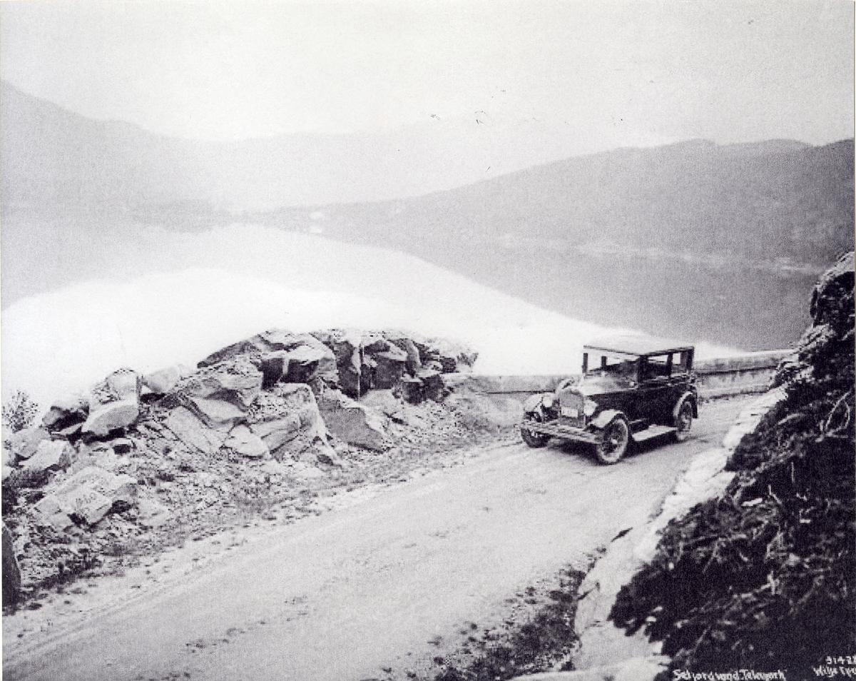 Bil køyrer langs Seljordsvatnet