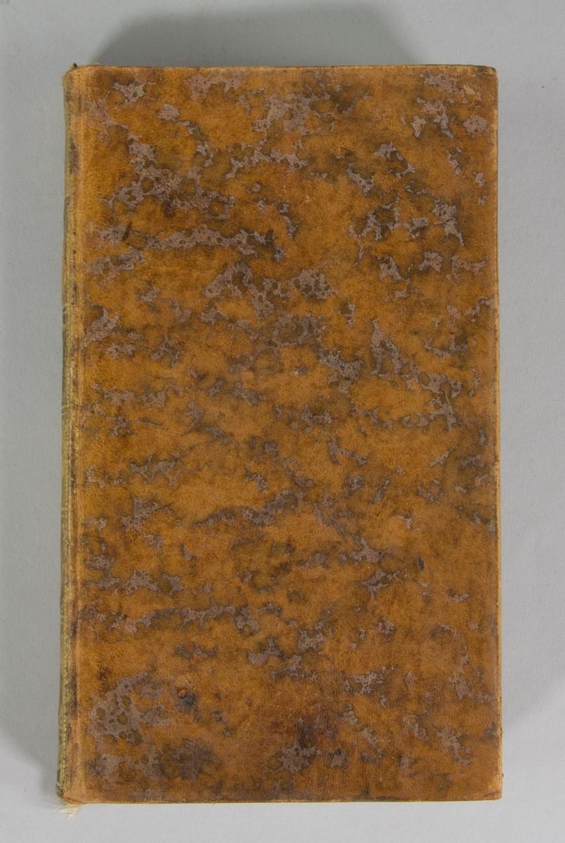 """Bok, helfranskt band: """"Memoires geographiques, physiques et historiques"""", vol. II, skriven av Jacques-Philibert Rousselot de Surgy och tryckt av bokhandlare Durand Neveu i Paris 1767.   Bandet med blindpressad och guldornerad rygg, ett rött titelfält med blindpressad och titel. Pärmen klädd i marmorerat kalvskinn. Pärmarnas sidor förgyllda. Med svarta marmorerade snitt och marmorerade försättsblad. Med rosa bokmärke av siden. Signerad """"U Celsing Tom 4"""" på smutsbladet."""