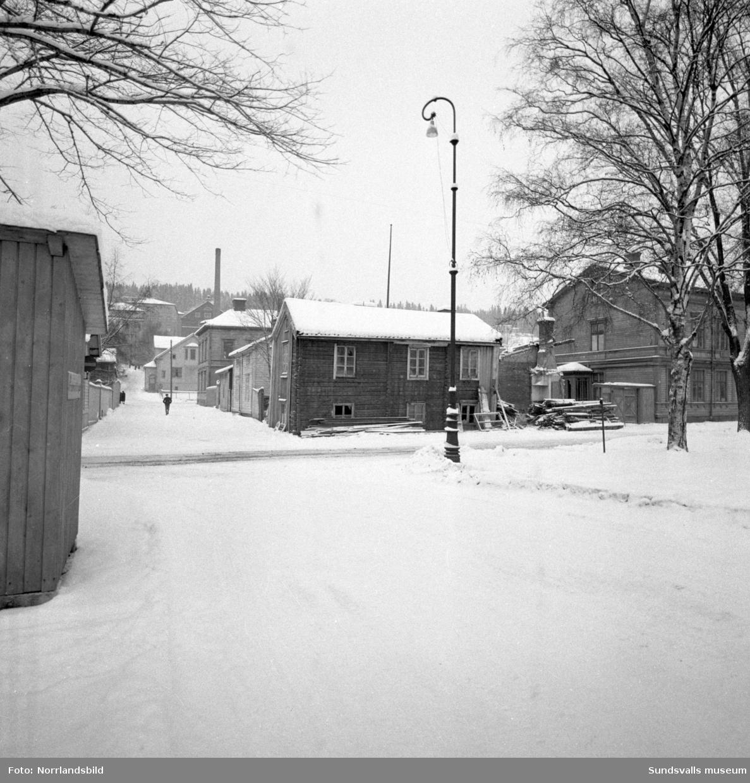 Rivningen på gamla Norrmalm är igång. Här plockas ytterpanelen ner från huset på Skepparegatan 3 i kvarteret Notvarpet, där SCA-kontoret numera (2016) är.