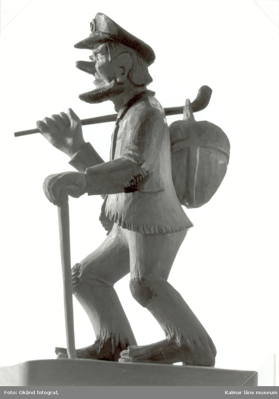 Grovt snidad figur, dock ej av Axel Pettersson (Döderhultaren) på utställningen Möten i trä.