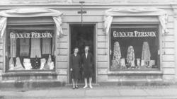 Två kvinnor vid skyltfönstren på Gunnar Perssons ekipering