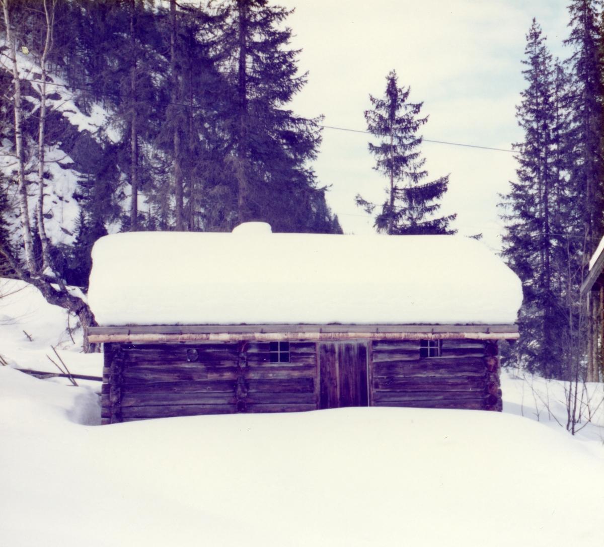 Smettbakbua på Bagn Bygdesamling, Sør-Aurdal. Sommer- og vinterbilde.