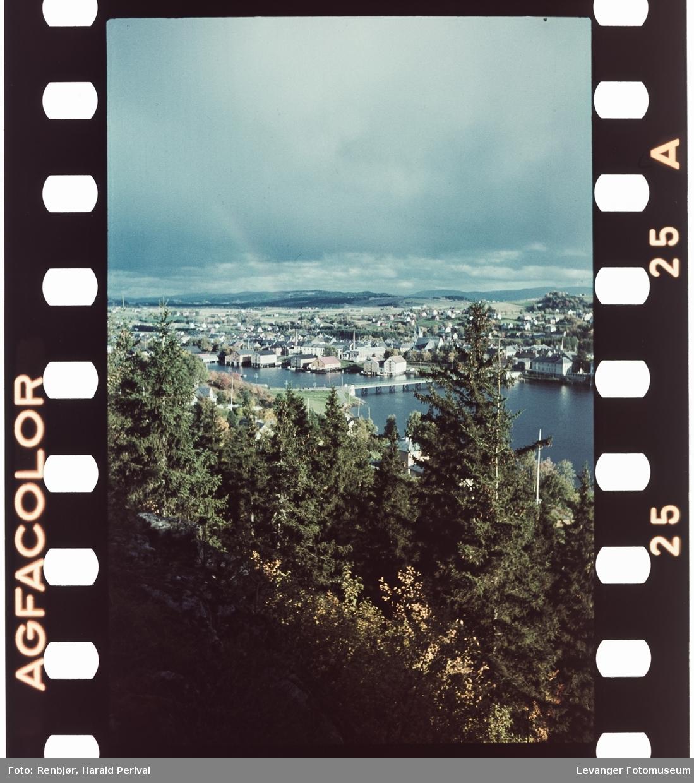 Utsikt mot Levanger fra Nesset. med Sundbrua og Byskolen.