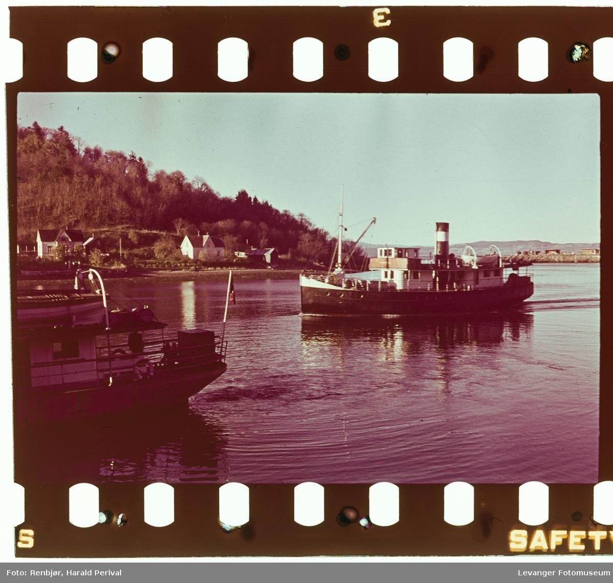 Båten D/S Verdal på fjorden.
