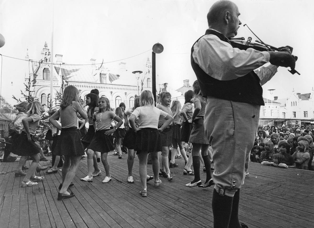 Köping 500 år dansuppvisning av barn.