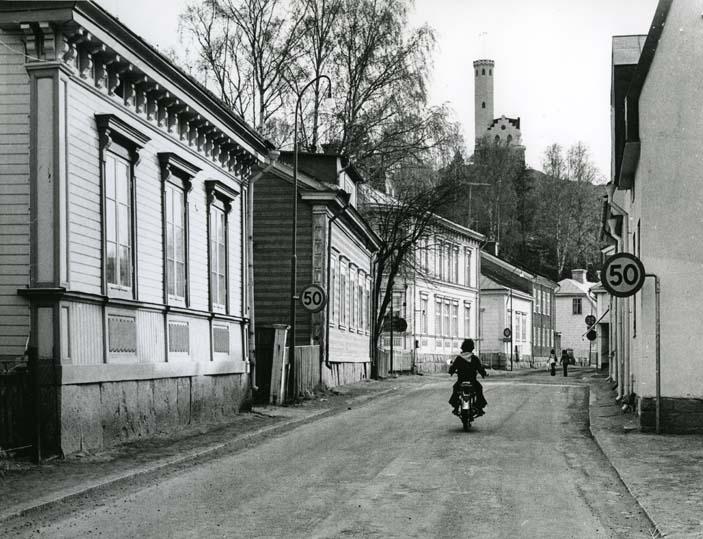 """""""Gamla öster"""" i Söderhamn, med utsiktstornet Oscarsborg i bakgrunden,"""