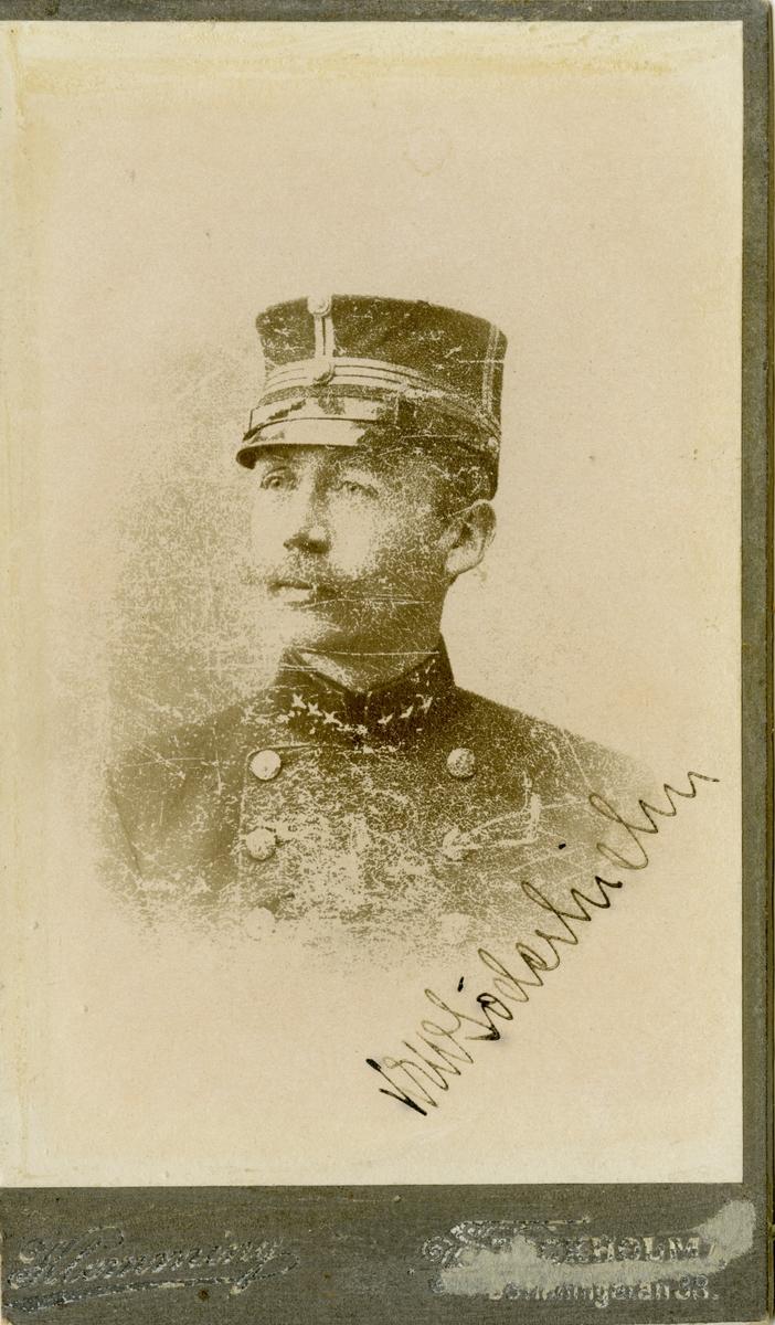 Porträtt av Knut Erik Wilhelm Söderhielm, officer vid Hälsinge regemente I 14 och Intendenturkåren. Se även AMA.0008455.