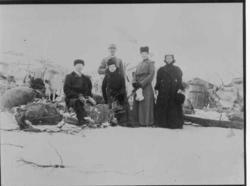 Bossekopmarkedet. 5 vinterkledde personer, deriblant en poli