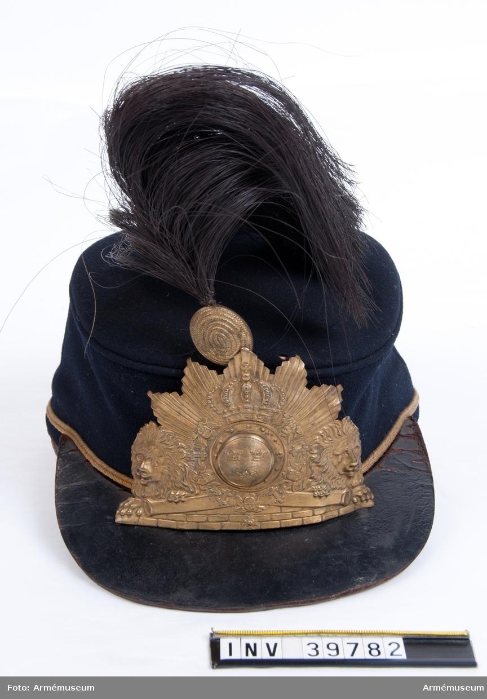 Grupp C.  Ur paraduniform, för manskap vid Göta artilleriregemente; 1872-1880. Består av attila, byxor, huvudbonad, vapenplåt, plym, pompong, halsduk, kartusch med rem, sabelkoppel.