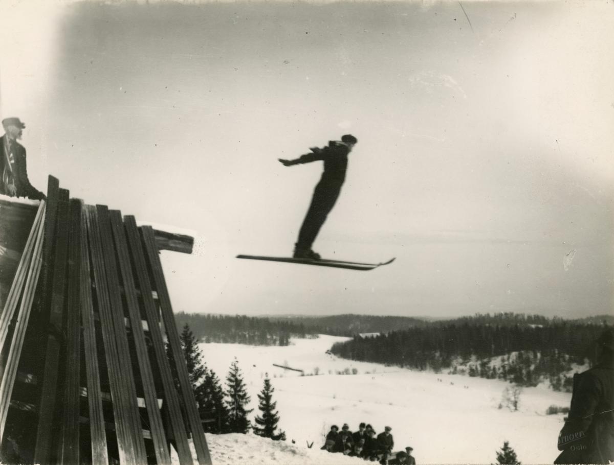 Skier Josef Henriksen in action