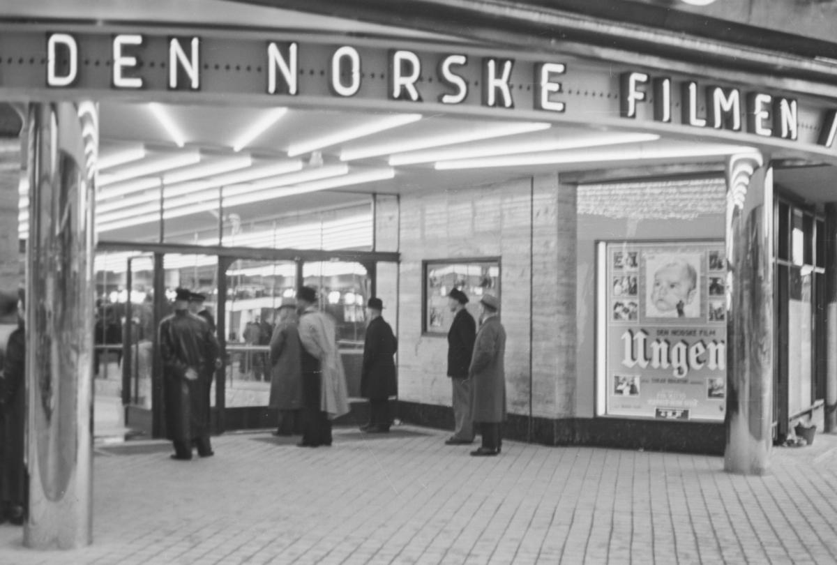 Fra inngangspartiet ved åpningen av Klingenberg kino 6. oktober 1938. Åpningsfilmen var den norske filmen Ungen.