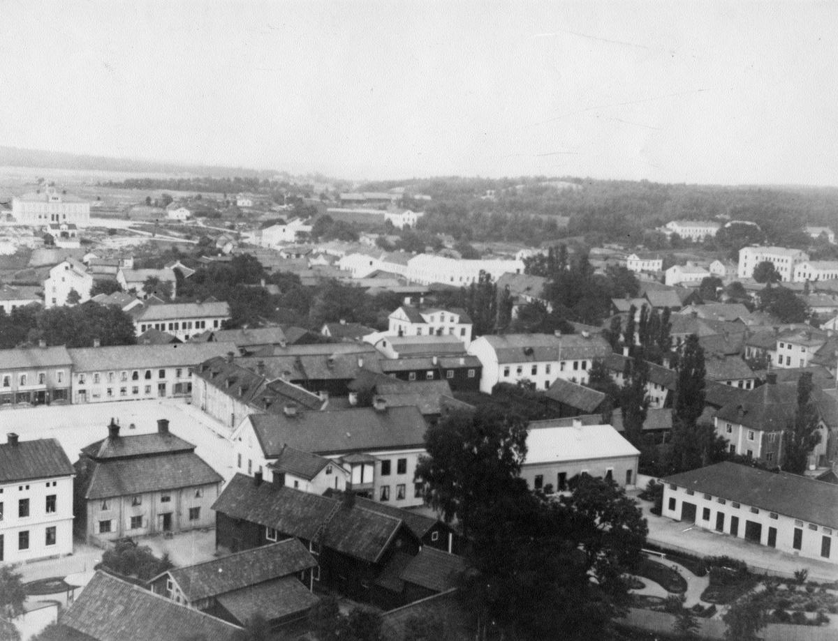 Köping från kyrkotornet med bl.a Stora torget och S:t Olovsskolan.