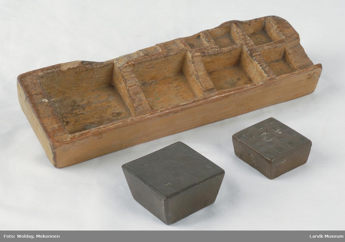 Form: rekt.etui/utskåret rom for 10 firkantede lodd/ 2 lodd. Etuiet er utstyrt med 2 jernlodd, merket henholdsvis 1 P og 1/2 P