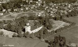 Vyvkort med flygfoto över Gamleby samhälle och kyrkan.