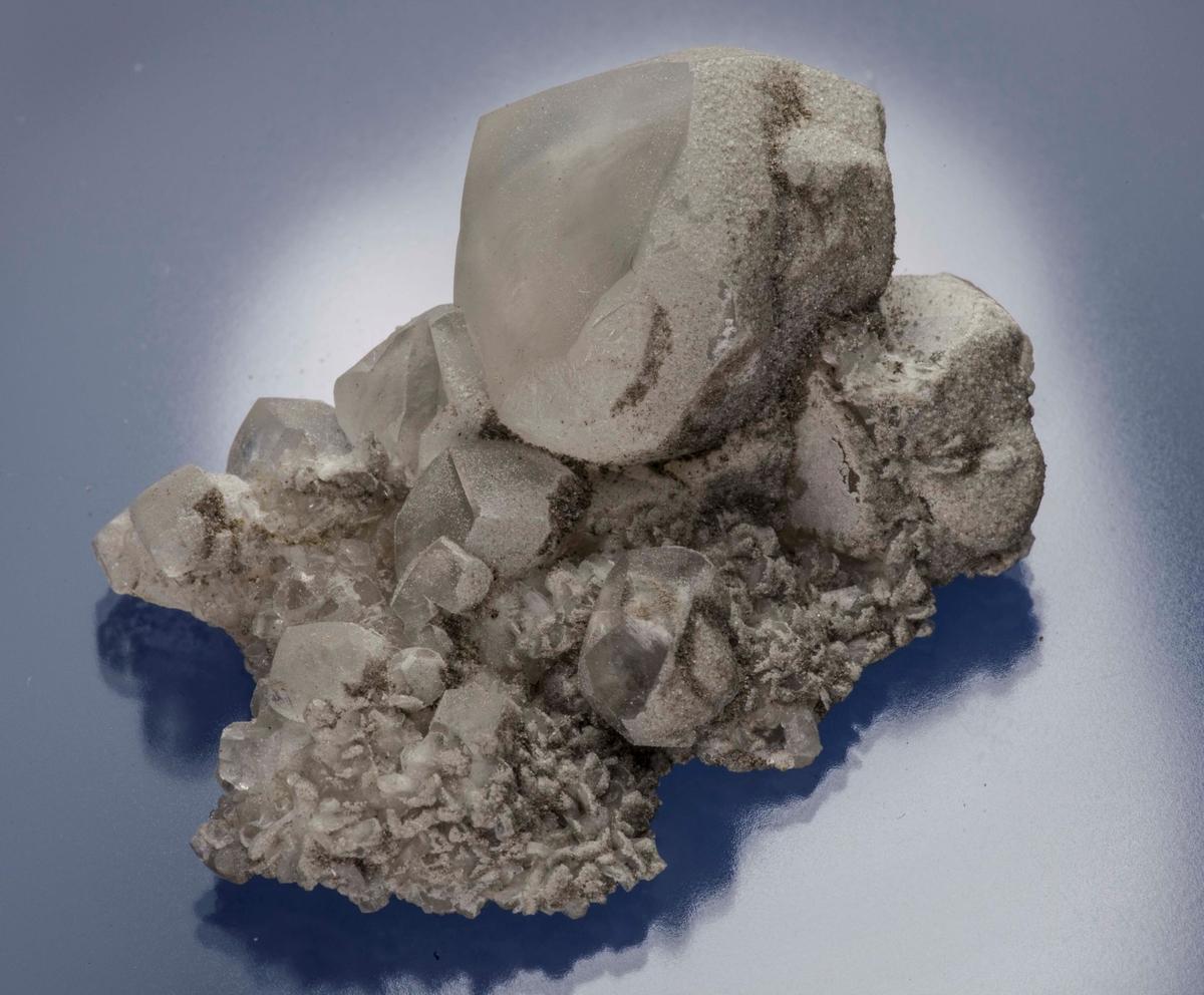 Rund krystall på matriks, stilbitt +