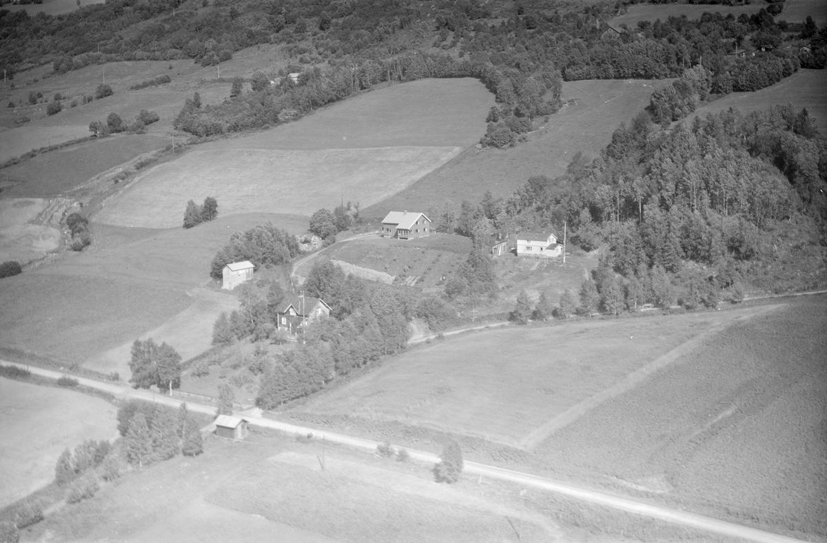 Ukjent gård, Gausdal, 1958, tre bolighus, liten driftsbygning, dalside med gårder, jordbruk, vei, blandingsskog. Antageligvis Follebu bakli.