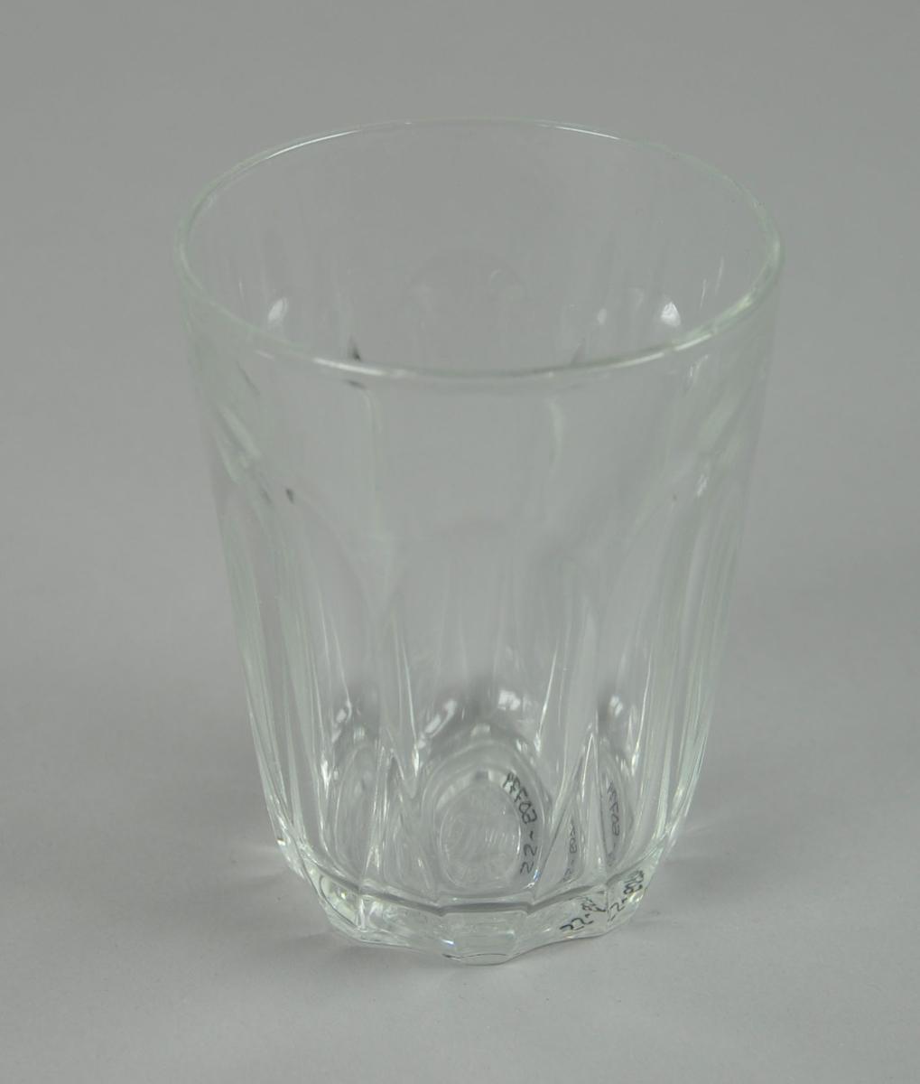 Drikeglass med ovale, fasetterte mønstre på utsiden.