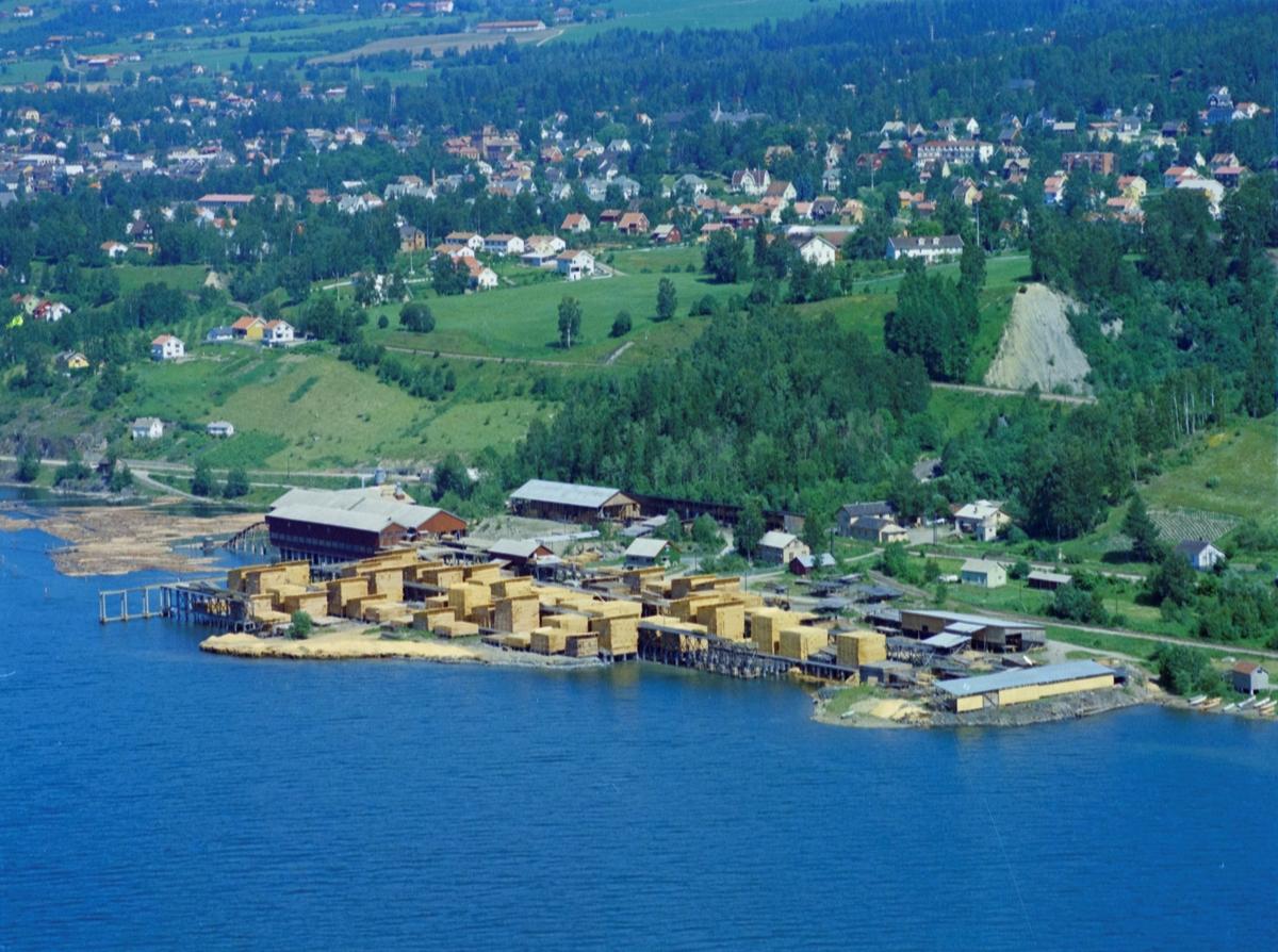 Flyfoto, Lillehammer, bebyggelse. Lillehammer Dampsag og Høvleri. Suttestad gård ligger rett bak skogområdet rett ovenfor