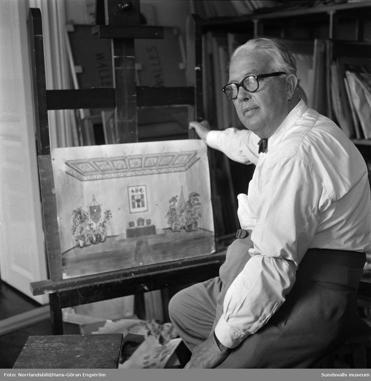 Konstnären Gustaf Walles vid sitt staffli. Skissen visar Hantverksföreningens festsal vid 200-årsjubileét 1761-1961. Gustaf Walles dekorerade taket i denna lokal.
