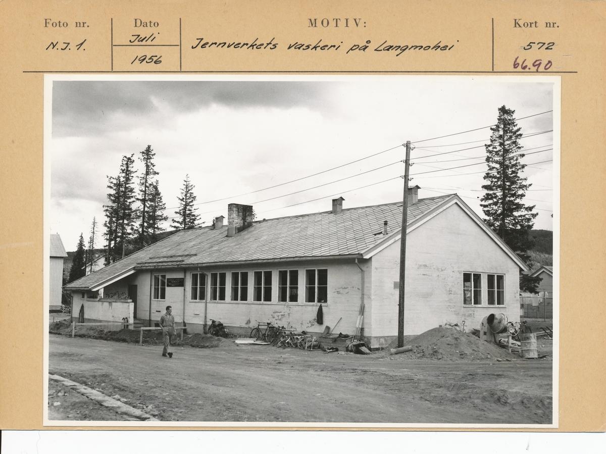Jernverkets vaskeri på Langmoheia. Kartotekkort med foto og arkivref.
