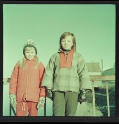 Jenter på Sundbrua , med bryggene i bakgrunnen.