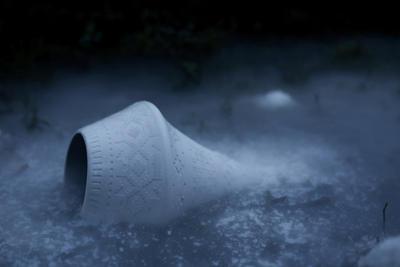 Lampen Story av Vibeke Skar og Ida Noemi. Porselenslampe med sandblåst åttebladsrosemønster.