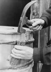 Bjørn Austigard demonstrerer diksel (dengsel) og drivar..(Or