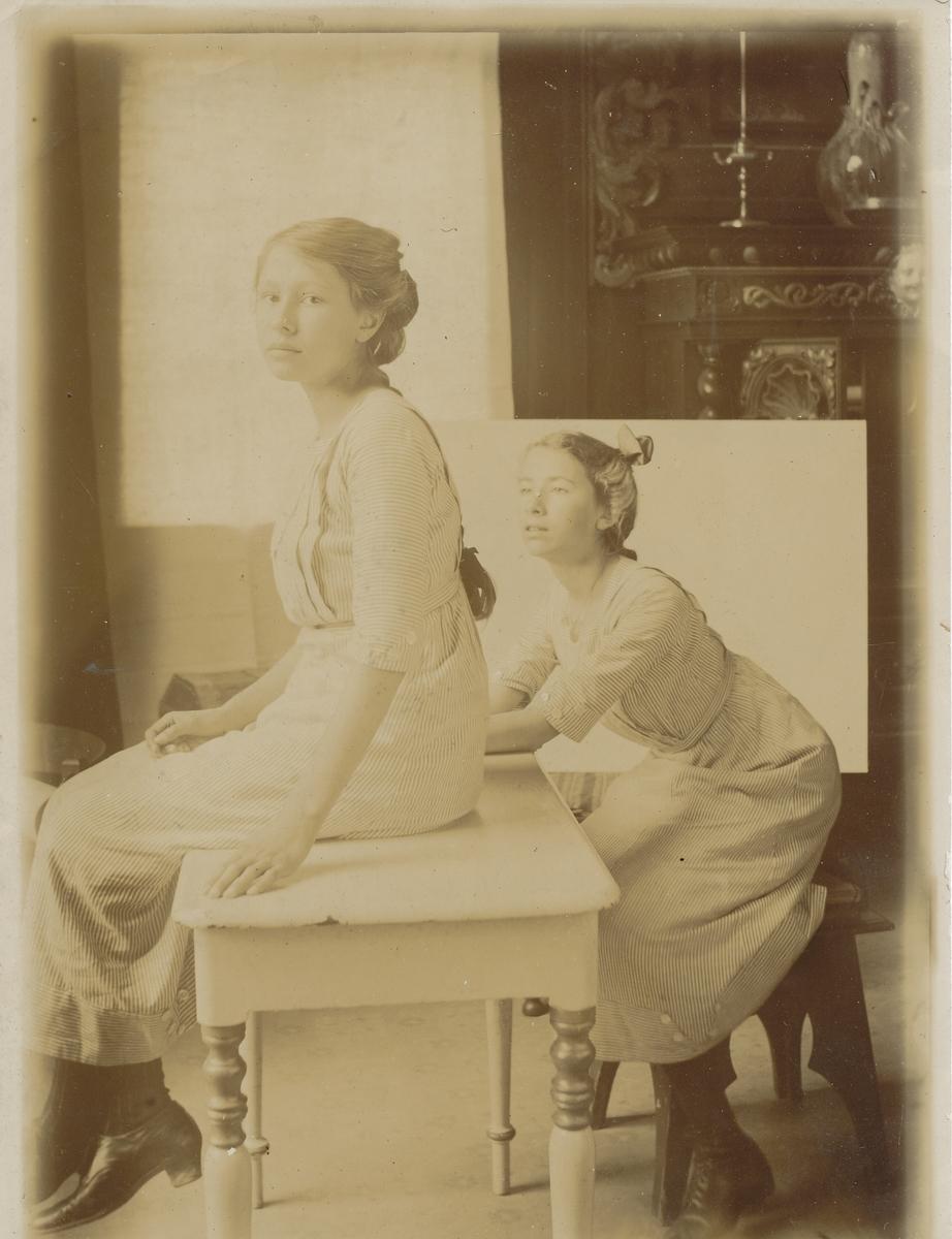 Ba og Mathilde Christiansen (Tilla Valstads nieser). Forelegg for tegning som henger i Fusdallåven på Asker Museum.