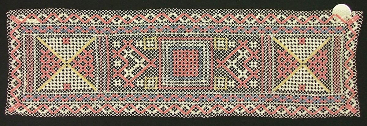 Tidigare katalogisering enl uppgift av Elisabeth Thorman:  Löpare 50 x 15 Sanders. Vitt nät, knutet av lingarn. Broderi i rosa, blått, gult. Trädning, ngt korssöm  Fotograferad på Nordiska museet 1957-1958