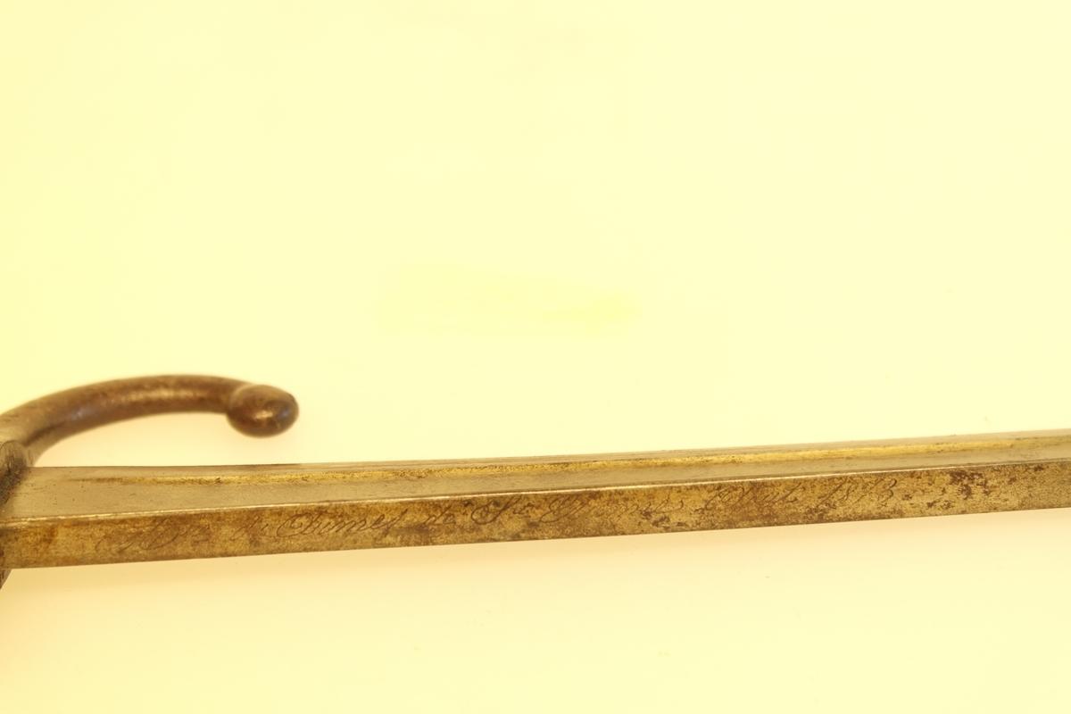 Bajonett (a) med slire (b).  a) Støpt stål, smidd jern, messing. Stålklinge. Stopper av jern. Messinghåndtak med spor for geværet. b) Jern.