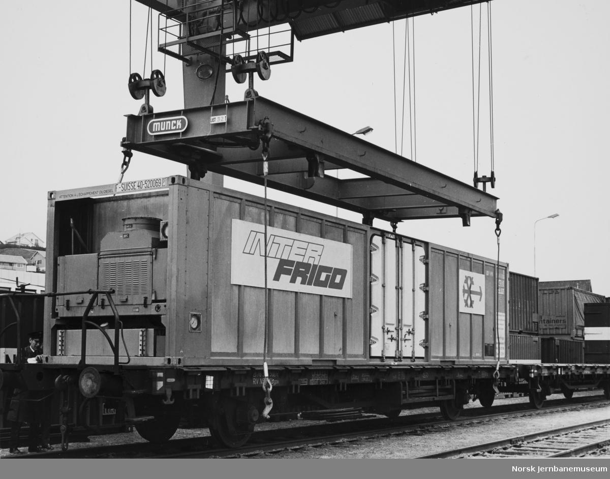 Containerkranen på Sandnes stasjon - lasting av Interfrigo-container fra godsvogn litra Kbgps 335 5027