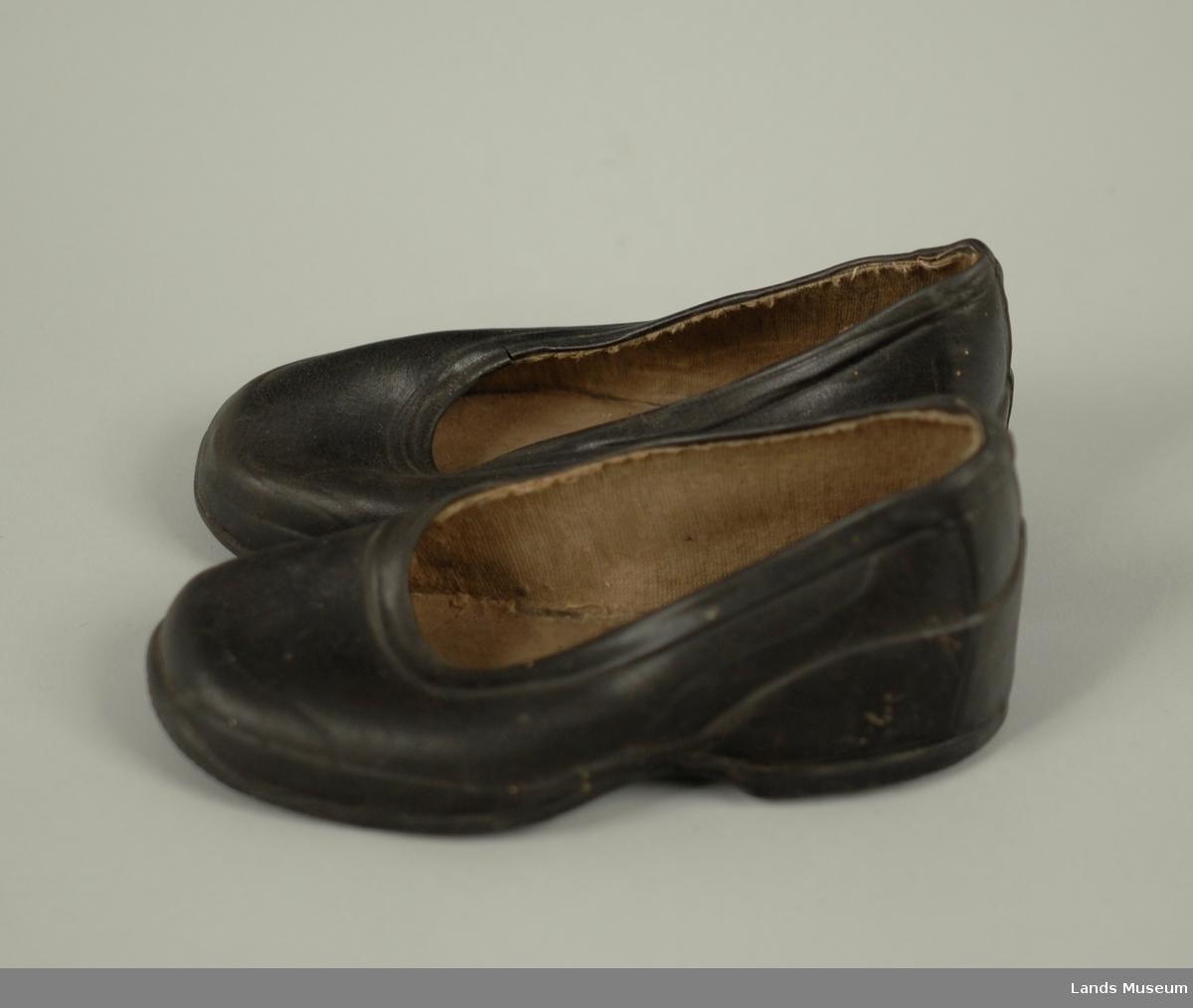 """Barnekalosjer, støpt i et stykke. Oval åpning. Str """"3"""". Til å sette på sko."""