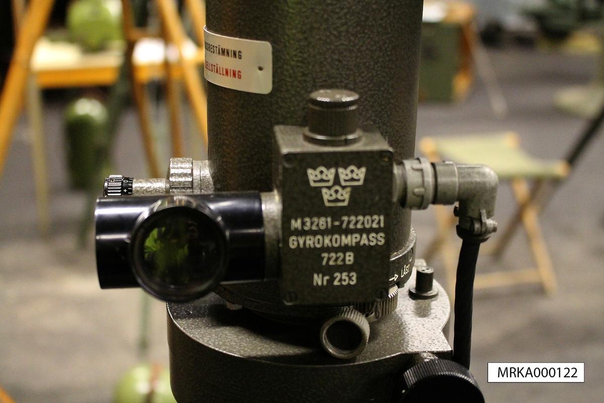 Ursprungsbenämning: KT 2 Nr 135744 Ursprungsbeteckning: FENEL-5.16.00-00.00  Data: Kikare:   Förstoring: 8 gånger      Synfält: 60 streck  Mätning:  Breddgrad: + - 75 grader, fungerar inte på breddgrader över 75 grader nordlig eller sydlig Bäringsskala:  0 – 6300 streck Gyromotor: Driftspänning: 3 x 115 V, 400 Hz från omformare i tp-lådan Arbetsvarvtal: 22 000 varv/min Starttid: ca 3 min Noggrannhet: 1 streck Strömförbrukning: Start: ca 4 A    Drift: ca 2 A    Broms: ca 4 A