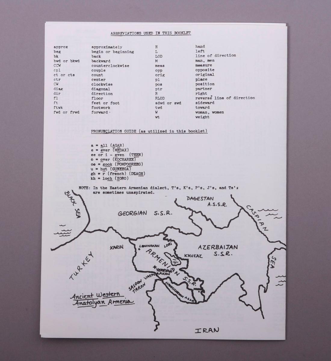 Grammofonplate i svart vinyl og plateomslag i papp. Plateomslaget har beskyttelsesplasten på. Plata ligger i en papirlomme. Hefte, brosjyre og maskinskrevne notater samt et kart av papir.