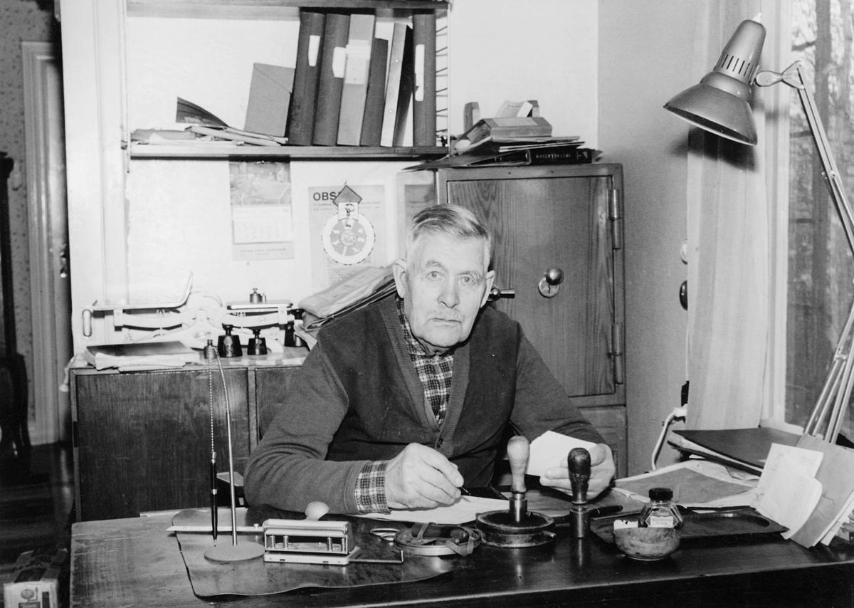 Postombudet Olof Pålsson är (år 1964) 87 år gammal. Han är mycket vital, läser och skriver utan glasögon. Pålsson har en son, Nils Erik, som någon gång vikarierar för fadern. Pålsson bokför postan-visningar.