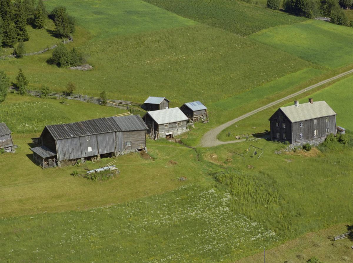 Gammelt gårdsbruk, noen falleferdige bygninger, Vingnes,  Bak på bildet står det Furu gnr 24/1. Nåværende adresse er Vottestadvegen 301.