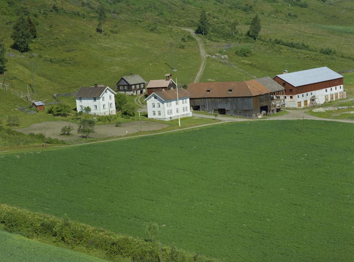 Borud eller Boro, like ved Vingrom kirke, gårdsbruk, gammel og nyere driftsbygninger, kulturlandskap