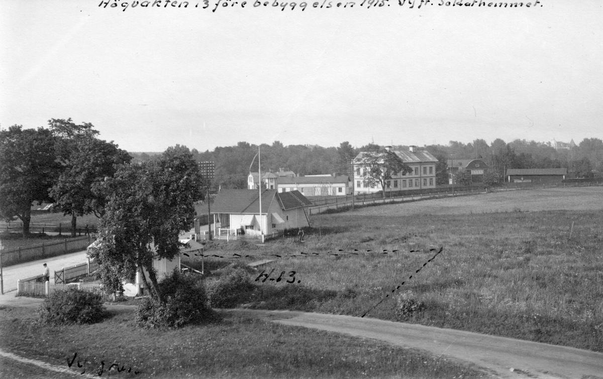 Högvakten 13 före bebyggelsen 1915. Vy från Soldathemmet